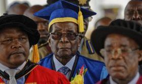 Mugabe appare all'Uiversità di Harare